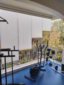 Vetrata panoramica con tende plissè per chiusura e privacy