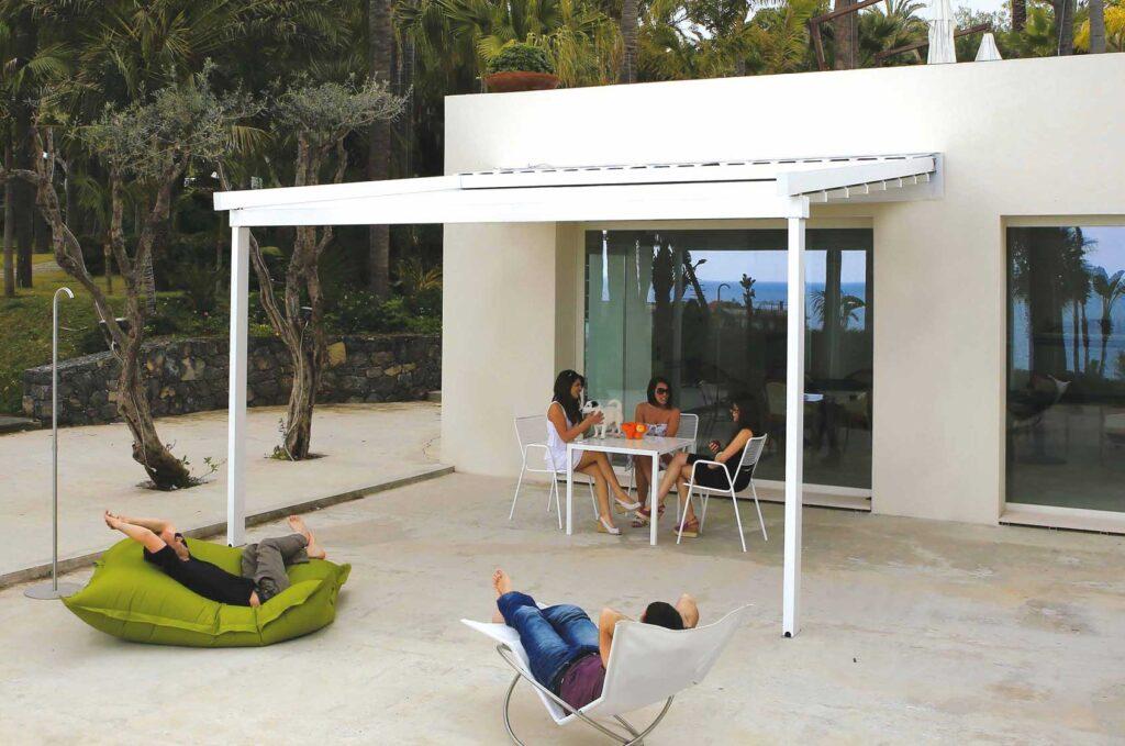 La pergola mobile (o pergotenda) PergoEasy è la struttura ideale per arredare con stile il tuo terrazzo o giardino.