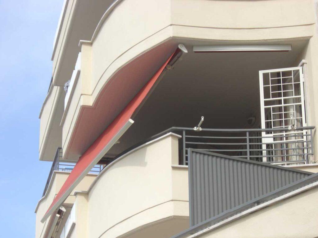 Tenda a bracci installata su balcone - Tende da sole Velletri Lariano Genzano di Roma Albano Colleferro Valmontone Artena