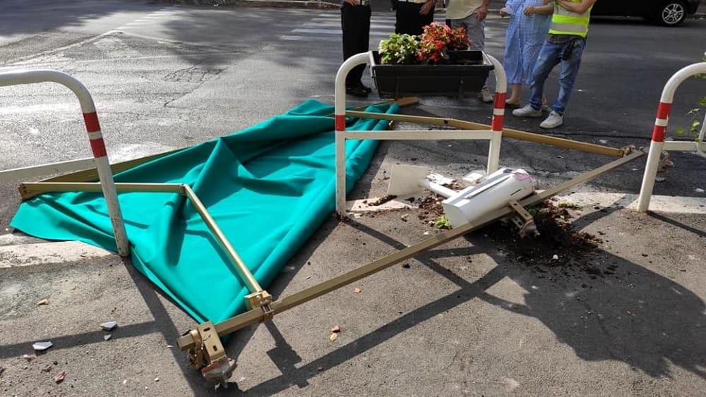 Tenda caduta da un balcone a Roma